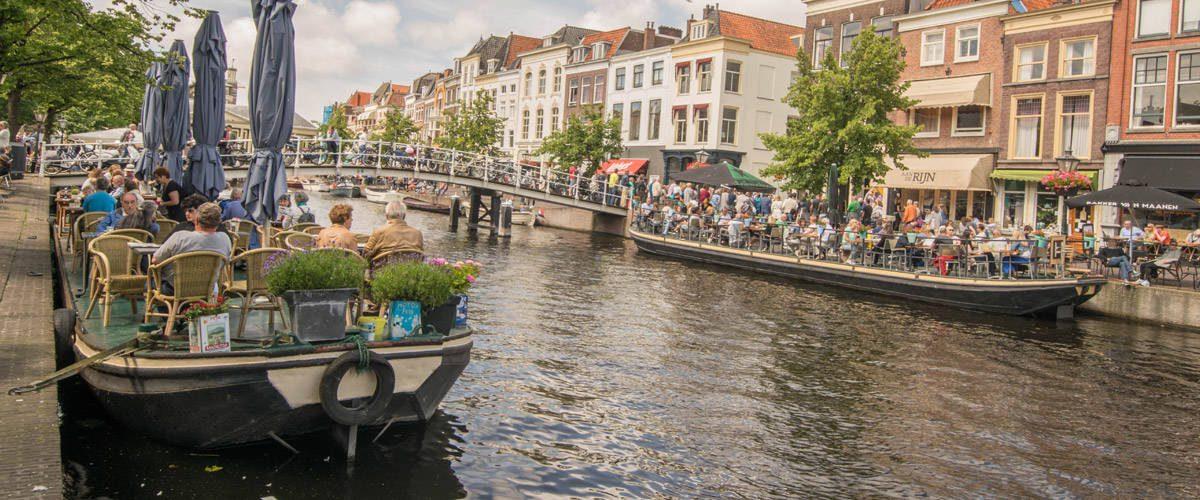 Enkele van de drijvende terrasjes in Leiden.