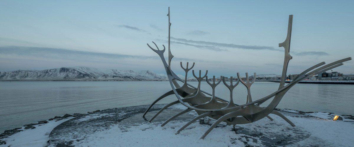 Sun Voyager langs de kade van Reykjavik.
