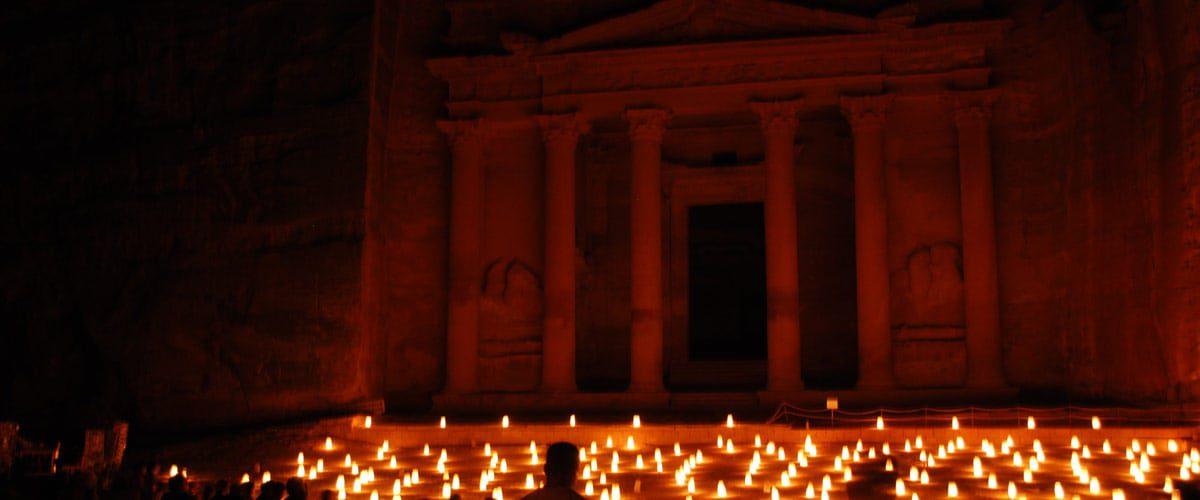 Op maandag, woensdag en donderdagavond wordt de schatkamer verlicht met duizenden kaarsen!
