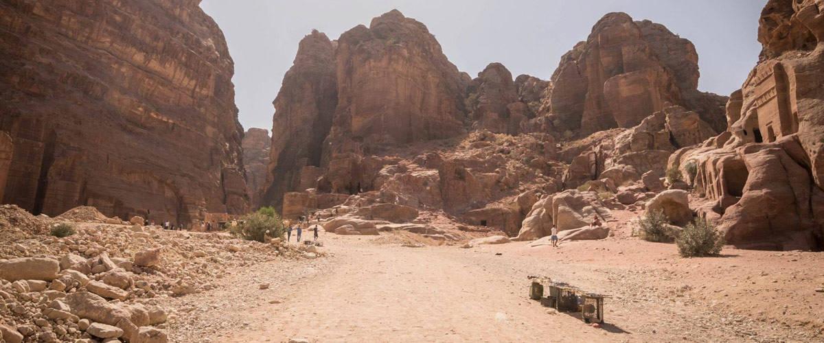 De doorgang van de schatkamer naar het klooster in Petra.