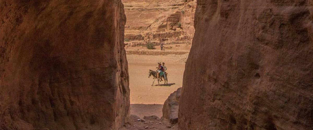 Sommige Bedoeinen leven nog steeds in de graftombes en grotwoningen van Petra.