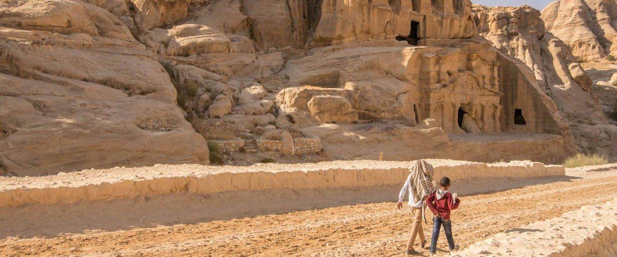 De toegangsweg tot het mysterieuze Petra met hier en daar al enkele overblijfselen.